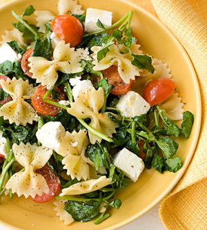 Ensalada de pasta, queso y verdes