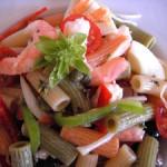 Pasta corta con tomate y albahaca